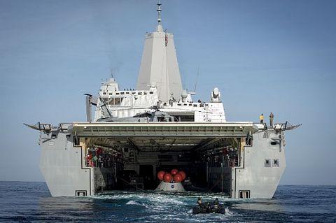 揚陸艦サンディエゴと宇宙船オリオン