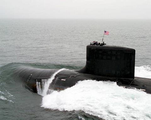 水上航行中の原潜ハワイ