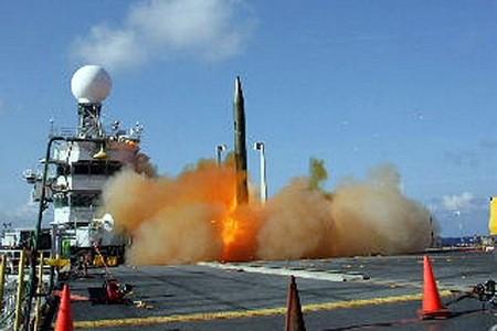 標的ミサイルを打ち上げるUSSトリポリ