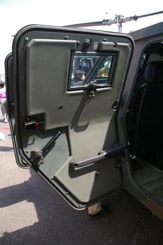 2009年5月16日、霞ヶ浦駐屯地公開、空挺団所属の軽装甲機動車(05-2863号車)の後部ドア内側